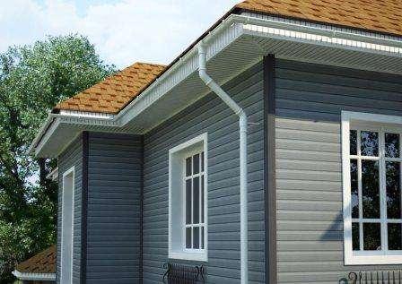Фасад должен предусматривать вентиляцию, так как между стеной дома и отделкой находится слой утеплителя. В противном случае, в слоях минеральной ваты будет скапливаться влага, и образовываться п