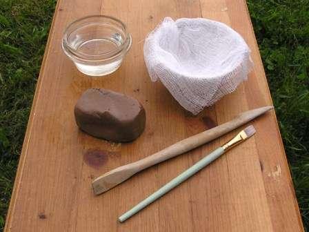 Лепка из глины для начинающих достаточно проста, если подобрать форму для основы. Форма покрывается тканью, на которую выкладывается глина. В результате, после переворачивания формы, фигура вывали