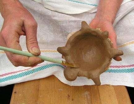 Переверните форму и вывалите фигуру. Аккуратно снимите ткань и приступите к декорированию поделки. Не забуд