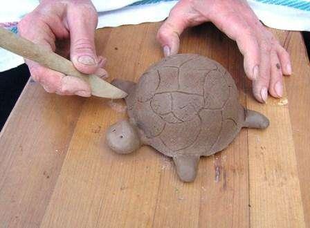 Не забудьте стекой нарисовать текстуру панциря черепахи, чтобы поделка в миниатюре отражала все особенности этого животного. Вы можете сделать панамку или юбочку для вашей фигурки, все зависит от фантазии и