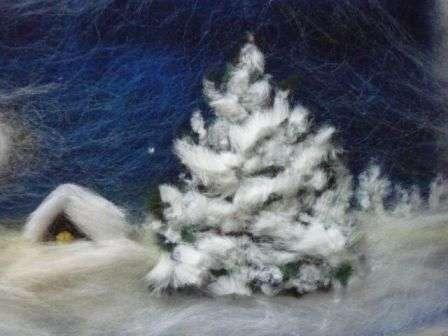 Сверху ель можно покрыть снегом, используя белую шерсть. Сюжет можно глубоко продумать, тогда от луны блик