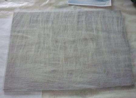 выбранную ткань-подложку. Эта ткань нужна для того, чтобы шерсть хорошо держалась. Теперь вам нужно взять неокрашенную шерсть и разложить ее ровным слоем сверху рамки.