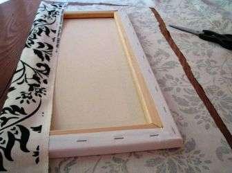 Когда изображение готово, его разрезают на части и натягивают на подготовленную рамку. Модульные карти