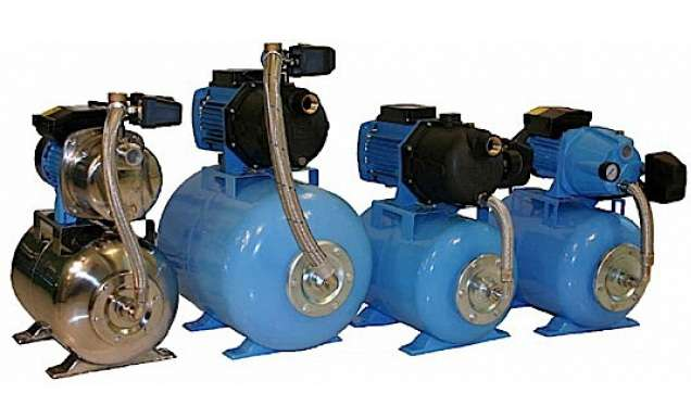 Существуют насосные станции для водоснабжения дома своими руками, работающие только на чистой воде, и канализационные, предназначенные для откачки содержимого канализации в дренажные канавы. В зависимости от места размещения различают погружные станции, которые устанавливаются в воде, и пов