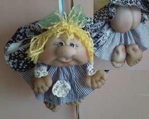 В последнее время все чаще из колгот рукодельницы изготавливают забавные куклы-попики. Эти поделки по-настоящему уникальны и станут оригинальным украшением детской. Принцип пошива этой куклы похож на предыдущие: главное сделать красивую голову из колгот. Для этого вам нужно будет набивать кол