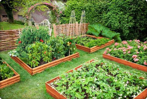 яркие поделки для сада