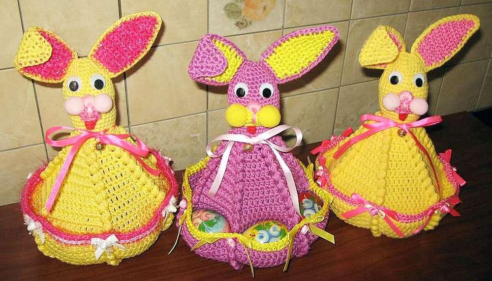 вязаный пасхальный заяц с карманами для яиц