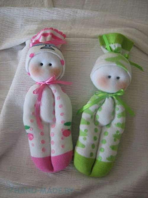 Чтобы сделать красивую куклу, не обязательно использовать исключительно капроновые колготки, вы можете попробовать сшить поделку из носков или детских колгот. Маленькая кукла из носка – лучший сп