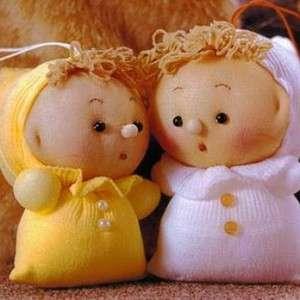 Маленькие японские куколки из капрона – лучший подарок для вашего ребенка. Для их изготовления вам нужно отрезать нижнюю часть колгот длиной до 10 см и заполнить ее синтепоном. После этого вам нужно будет сшить в верхней части вашу заготовку. Теперь с помощью нитки разделите на две части вашу загот