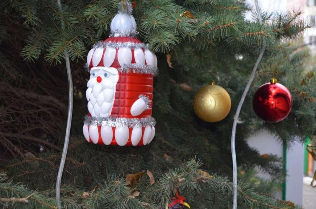 Новогодние игрушки на уличную ёлку своими руками из пластиковых бутылок 26