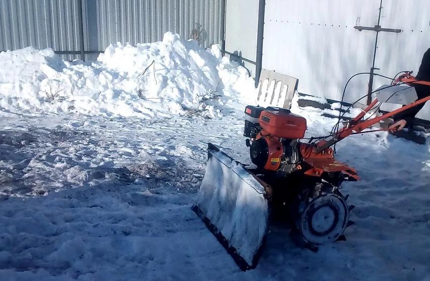 Убираем снег на даче